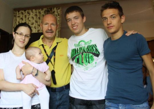 Orahovac, agosto 2013. Il dott. Giorgio Martini, farmacista di Cembra in Trentiino, con i due figli in visita in Kosovo a casa di Jovanka. E' nata una nuova amicizia.